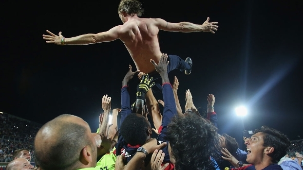 Jogadores do Crotone atiram o técnico Davide Nicola para o alto