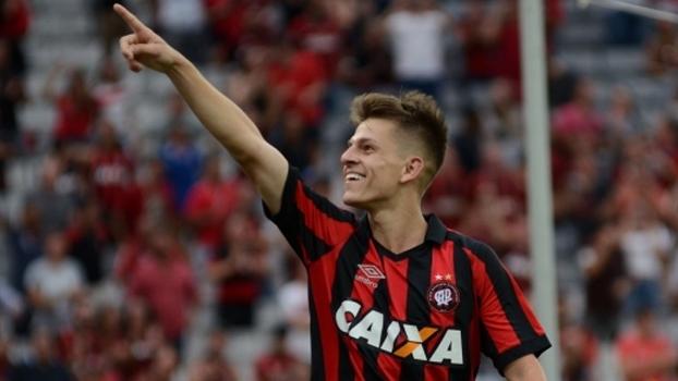 Botafogo encaminha acerto com meia do Atlético-PR