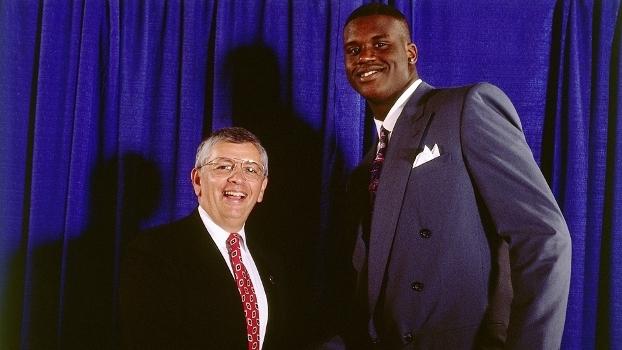 O Neal ao lado de David Stern na noite em que entrou na NBA cb4aa730e1d97