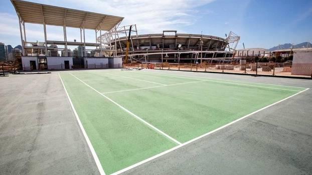 Quadra de tênis externa do complexo olímpico ganhou pintura nesta segunda-feira