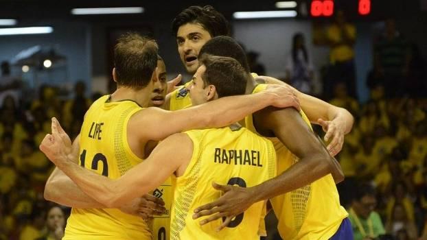 Jogadores da seleção brasileira comemoram ponto sobre a Sérvia na Liga Mundial