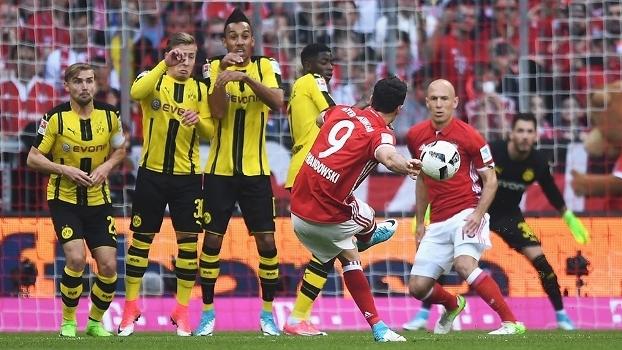 Lewandovski cobra falta com capricho e faz o segundo do Bayern contra o Dortmund