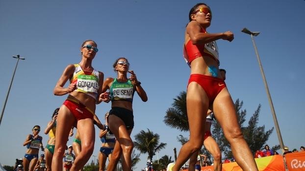 A brasileira Érica de Sena (centro) na prova de marcha atlética, no Rio de Janeiro