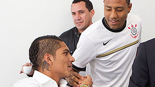 No Corinthians, atacante peruano Guerrero foi recebido pelo compatriota Ramirez