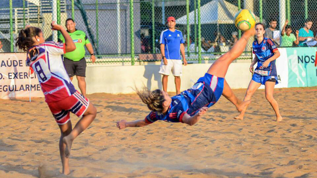 Letícia Villar está concorrendo ao prêmio de melhor do mundo no futebol de  areia 96496f41bc675