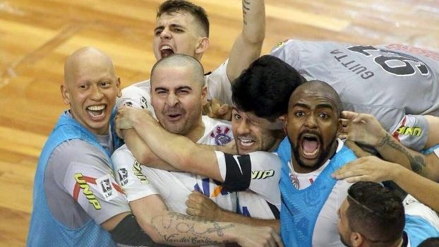 Vander Carioca comemora o segundo gol do Corinthians na decisão