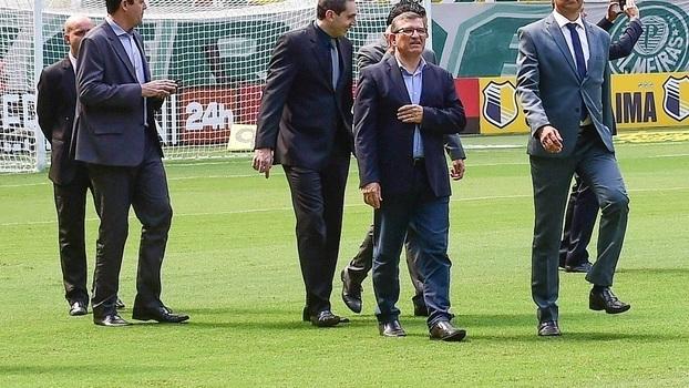 Dionísio Roberto Domingos, de óculos, em reconhecimento do gramado antes da  final entre Palmeiras e68bc887d1