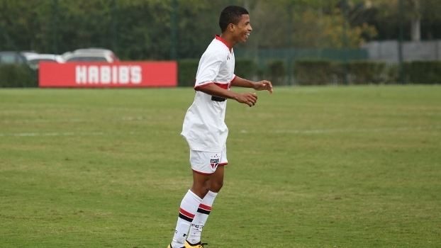 O meia-atacante Marquinhos comemora um dos gols pela base do São Paulo