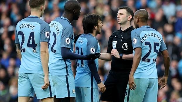Atletas do Manchester City reclamam com o árbitro Michael Oliver