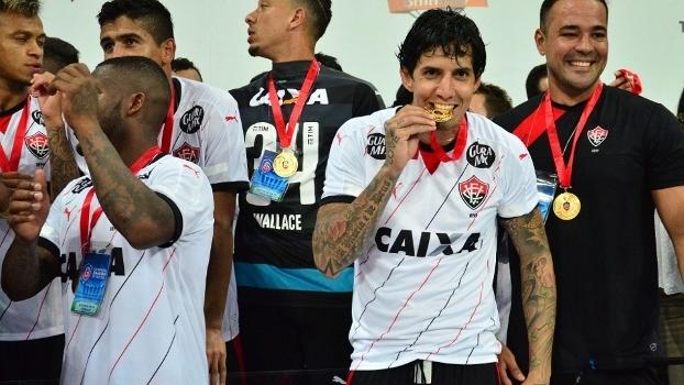O zagueiro Victor Ramos comemora título estadual pelo Vitória