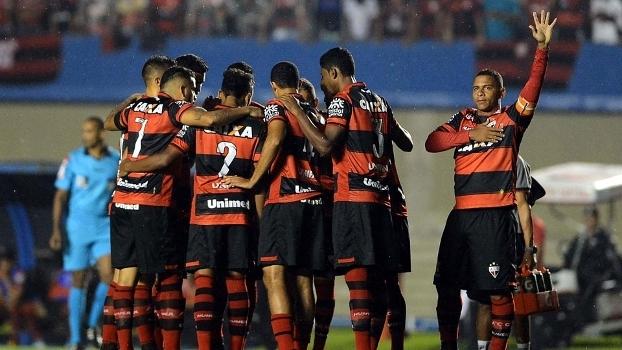 Walter se aproxima dos jogadores do Atlético-GO antes da partida contra o Flamengo