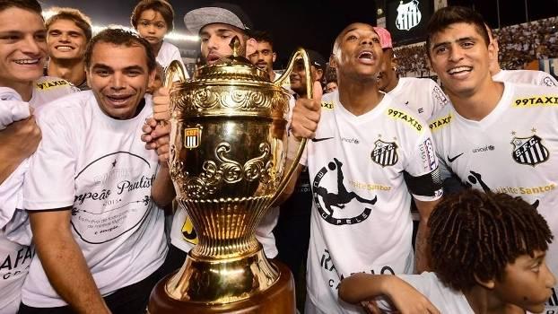 Robinho comemora com a taça: o Santos é campeão paulista de 2015