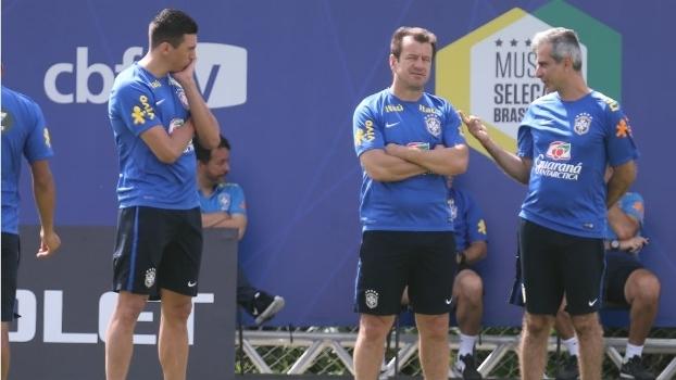 Dunga (centro) com Lucio, auxiliar, e Fábio Mahseredjian, preparador físico