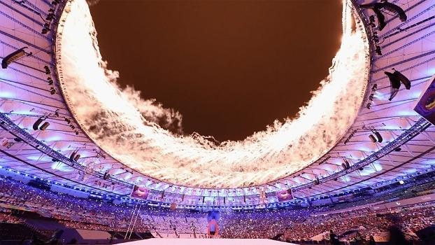 Maracanã tomado por fogos na abertura dos Jogos Paralímpicos do Rio 2016