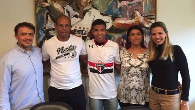 Maquinhos posa com pais e executivos do Grupo Figer após assinatura de contrato