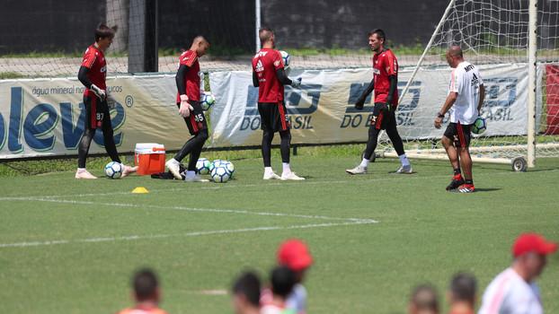 e16e111c7 Mais um dia de desgaste  Diego Alves vai a treino do Flamengo em horário  diferente do orientado