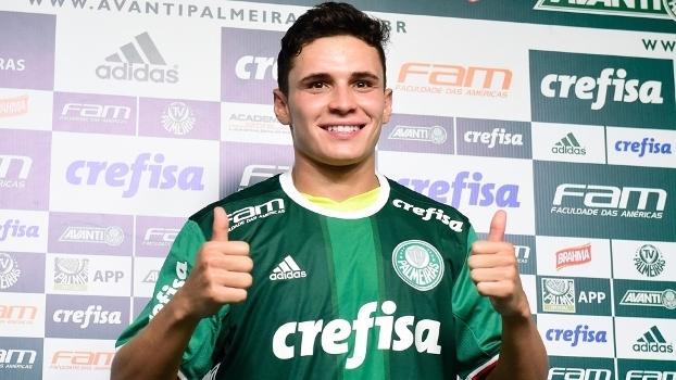 Raphael Veiga com a camisa do Palmeiras