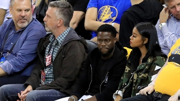 O ator Kevin Hart (3º, da esquerda para a direita) durante as Finais da NBA em 2017