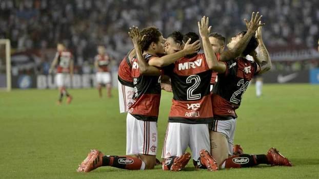 Jogadores do Flamengo comemoram gol contra o Junior Barranquilla na Copa Sul-Americana
