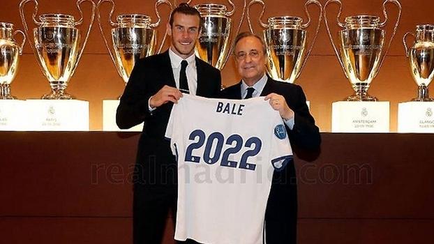 Gareth Bale e o presidente do Real Madrid, Florentino Pérez, com a camisa 2022