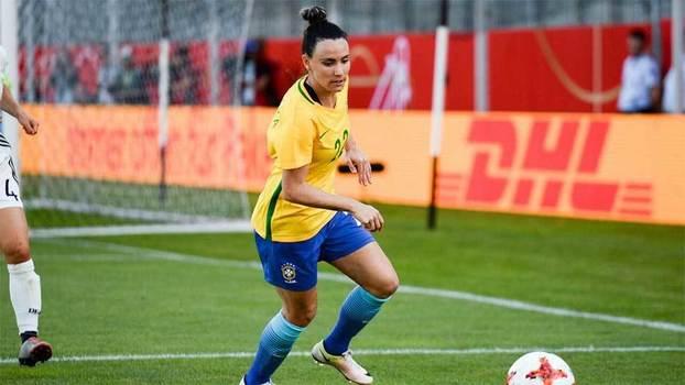 Jucinara em ação pela seleção brasileira feminina de futebol addd9188bd868