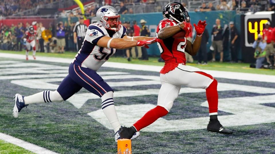 Tevin Coleman arranca para entrar na end zone e marcar mais um touchdown para os Falcons contra os Patriots no Super Bowl LI