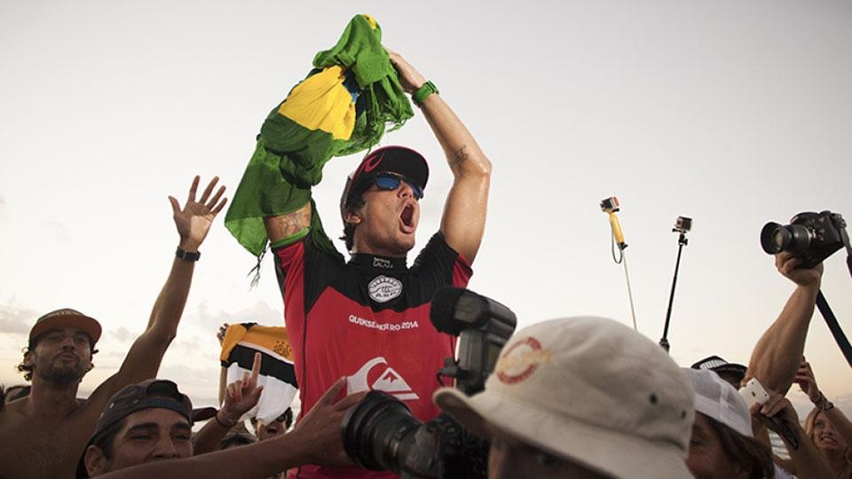 Gabriel Medina tem levado, com firmeza, a bandeira brasileira ao topo do pódio.
