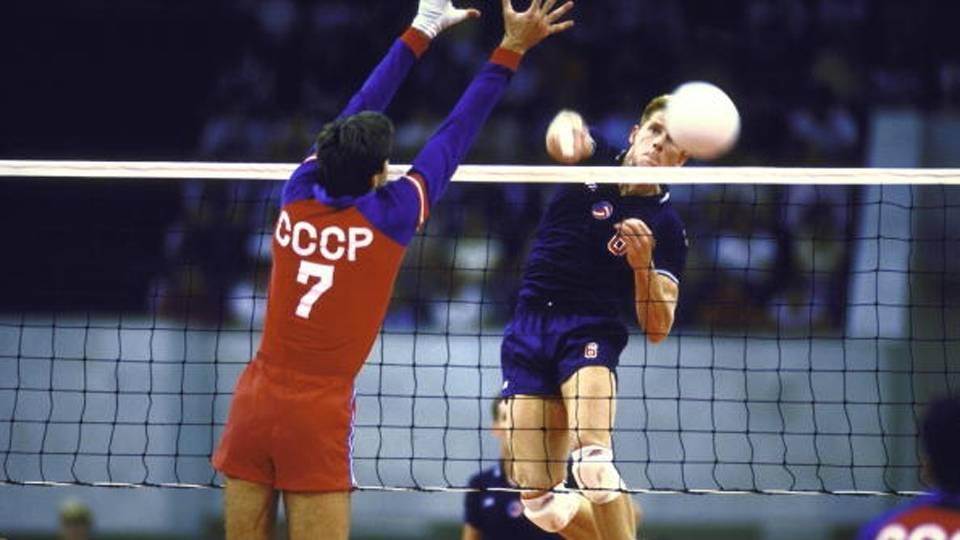 Em 1985, quando Fofão começou, o jogo era disputado em sistema de vantagem. O time só pontuava quando estava sacando