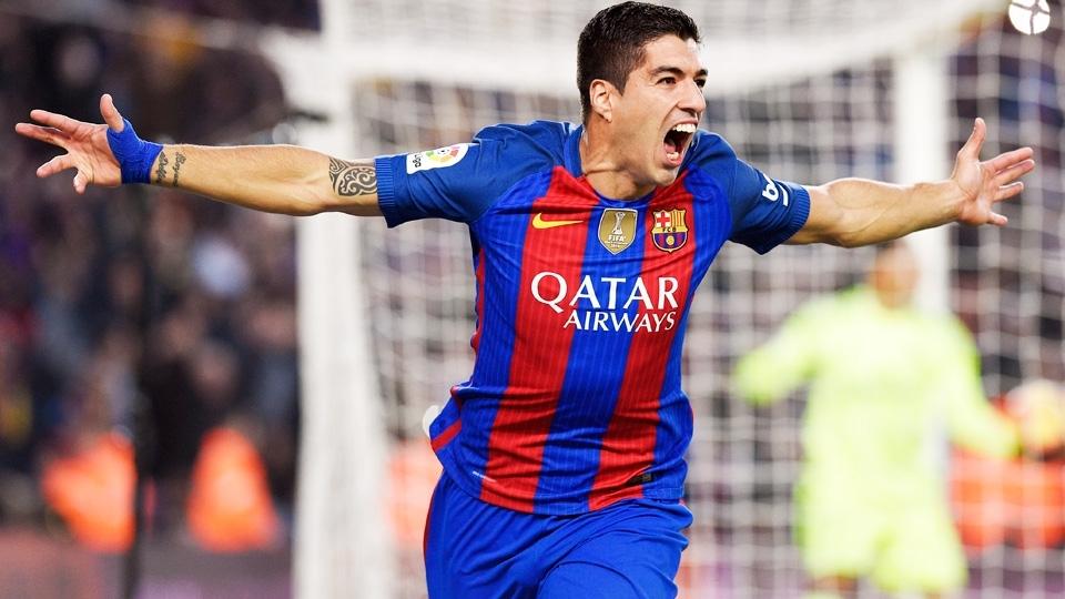 Luis Suarez com a camisa 2016/17 do Barcelona: de volta às listras médias e verticais