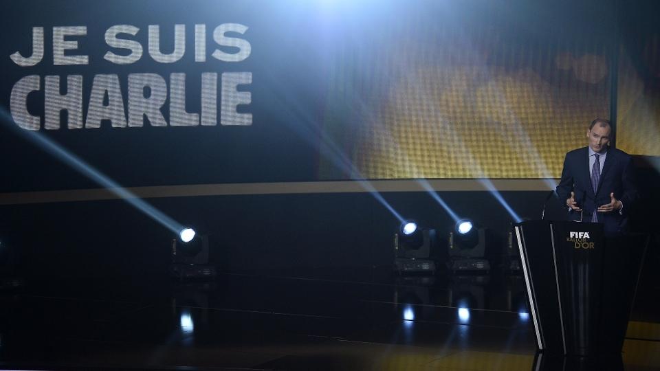 A Fifa fez uma homenagem às vítimas do atentado terrorista à revista Charlie Hebdo