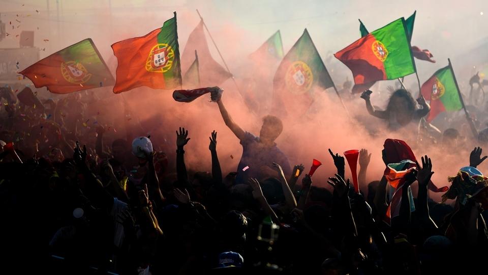 Torcida de Portugal faz festa em Lisboa durante a final da Eurocopa