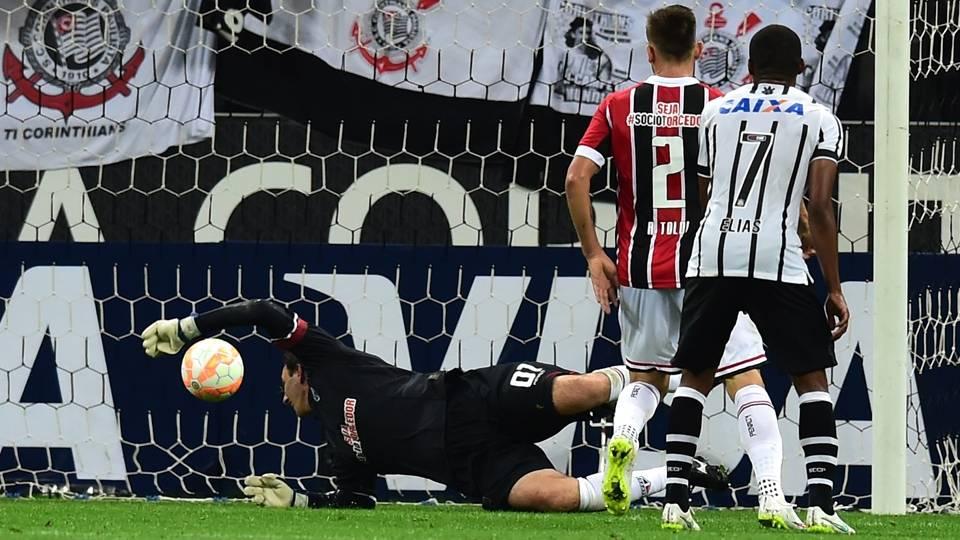 Momento que Ceni não consegue defender o chute de Jadson, no segundo do Corinthians