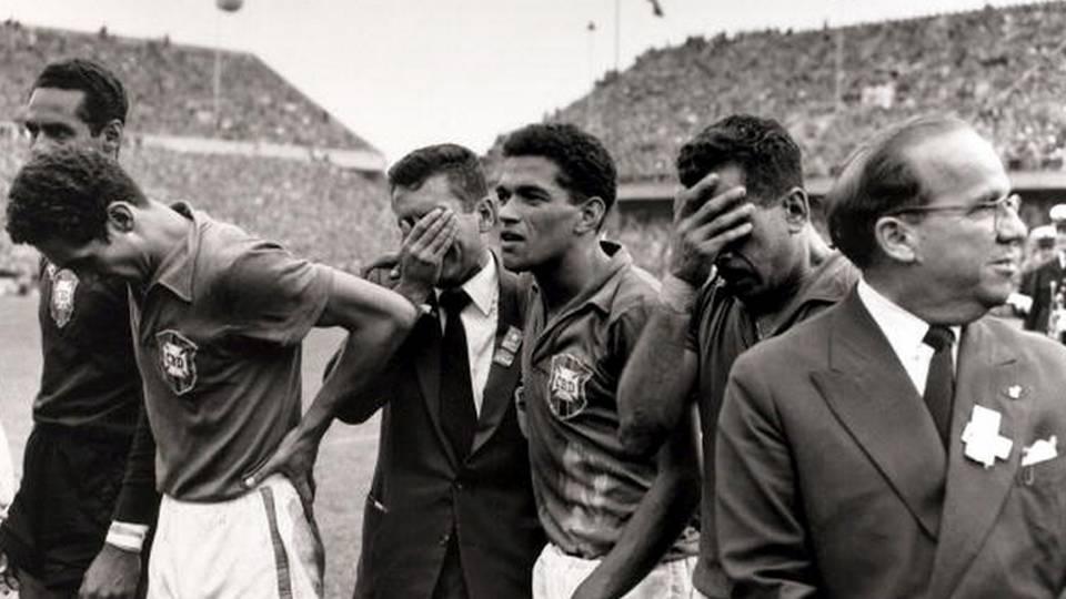 Garrincha e Zito em momento de emoção depois da conquista da Copa do Mundo de 1958, na Suécia
