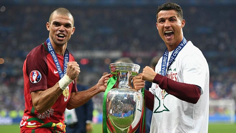 Pepe, que foi eleito melhor jogador da final, e Cristiano Ronaldo comemoram título da Euro