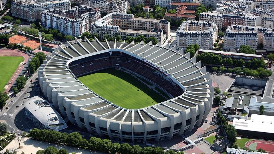 Parc des Princes (Paris, 48 mil pessoas, estádio de 1972) - R$ 51,6 milhões - reformado: R$ 297,75 milhões