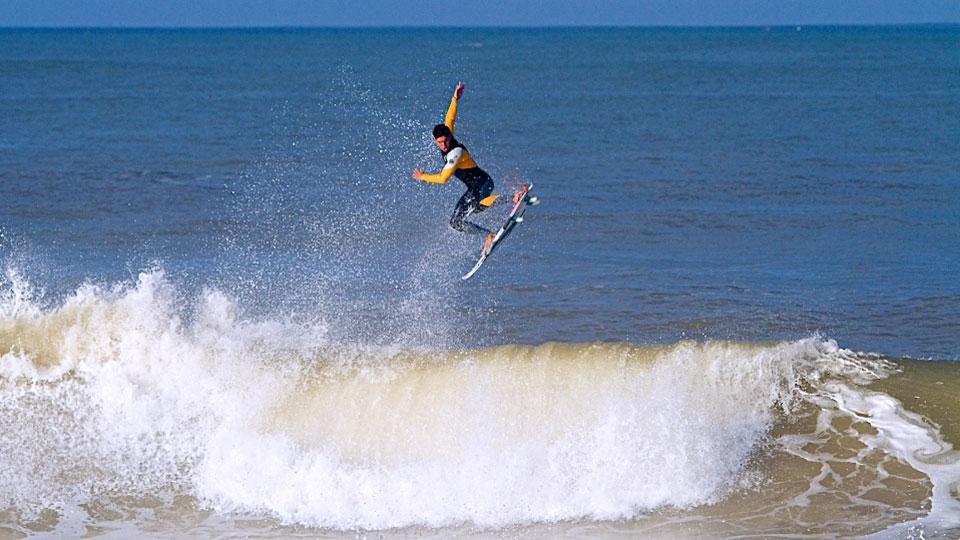 Gabriel Medina voando alto nos treinos desta manhã.