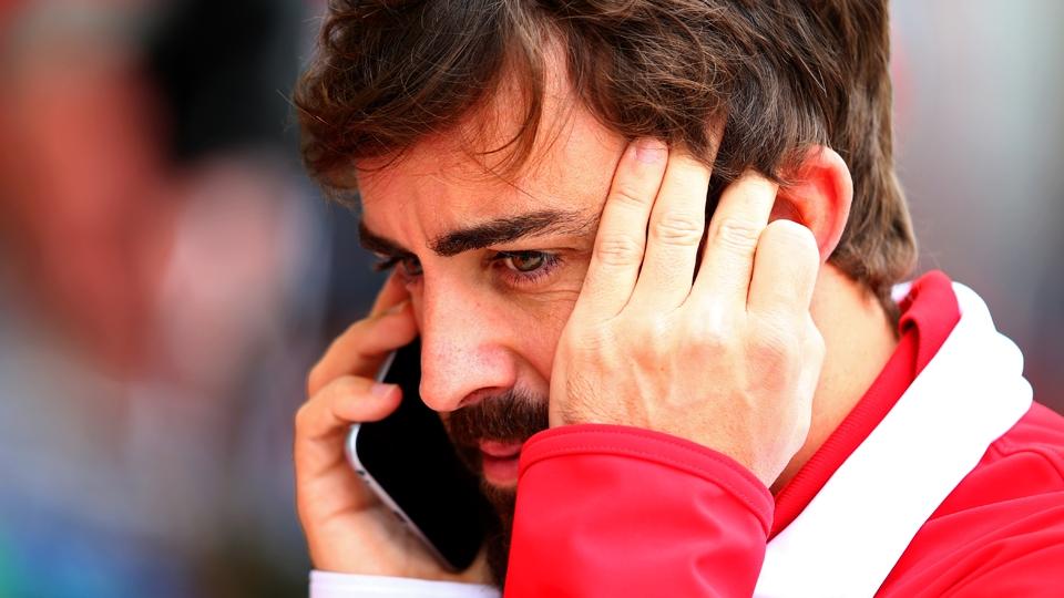 Antes de apagar incêndio, porém, o espanhol foi flagrado no celular
