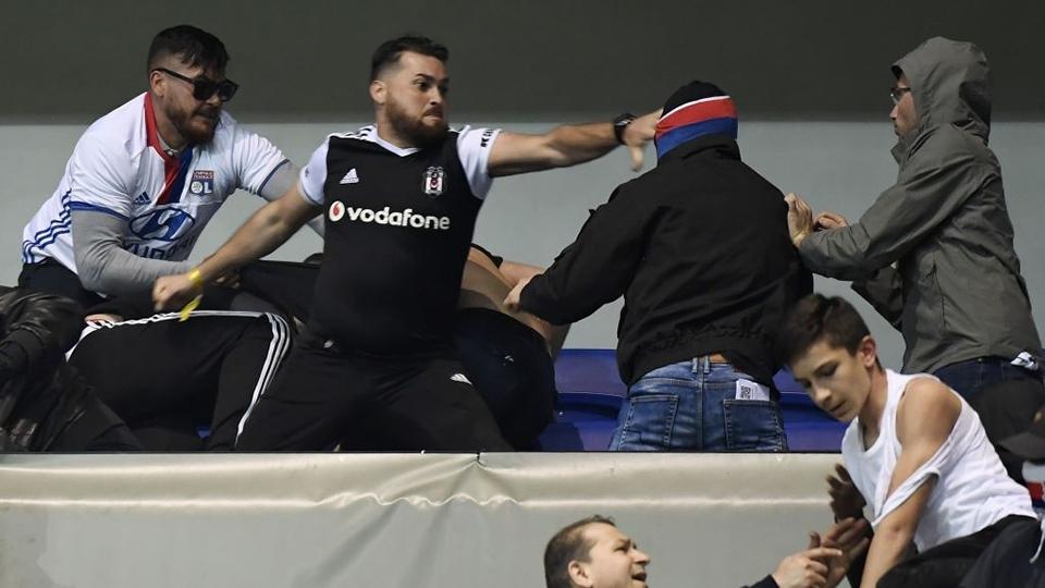 Torcedor do Besiktas agride fã do Lyon nas arquibancadas de estádio francês