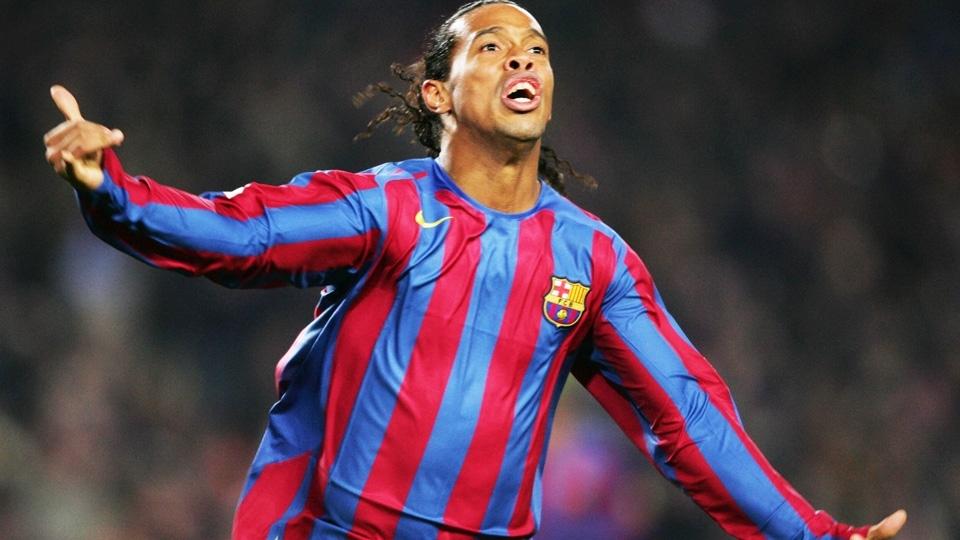 Ronaldinho com a camisa 2005/06 do Barcelona: listras finas com detalhes em amarelo na parte de baixo