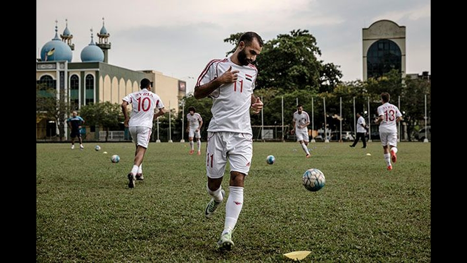 A Síria normalmente joga em Aleppo ou Damasco, mas a Fifa não permitiu por segurança. A seleção foi jogar na Malásia, a mais de 7.500 km de casa