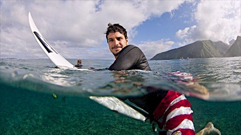 Ricardo saiu de Palhoça e viajou por todo mundo em busca de ondas perfeitas. Na foto, Teahupoo