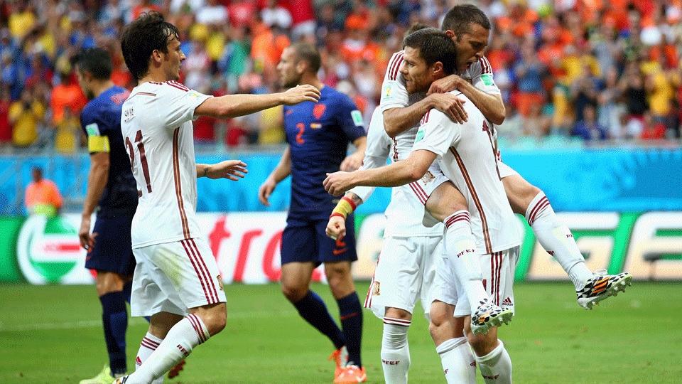 Jogadores da Espanha comemoram gol de Xabi Alonso no primeiro tempo