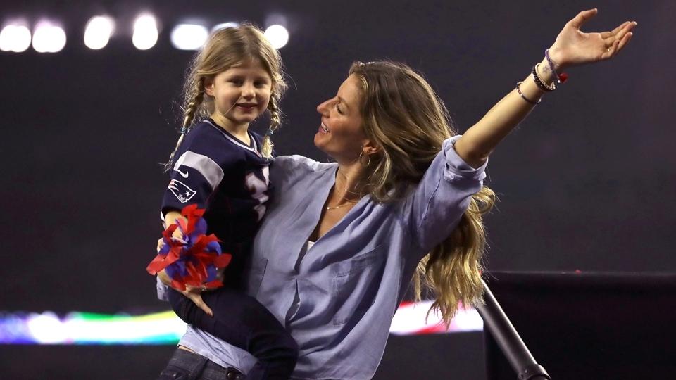 Mulher de Tom Brady, Gisele Bundchen celebra a conquista do amado com a filha Vivian