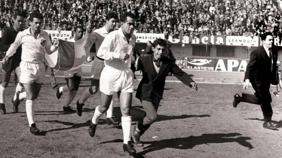 O Santos entra em campo em 1962, com o capitão Zito puxando o elenco alvinegro