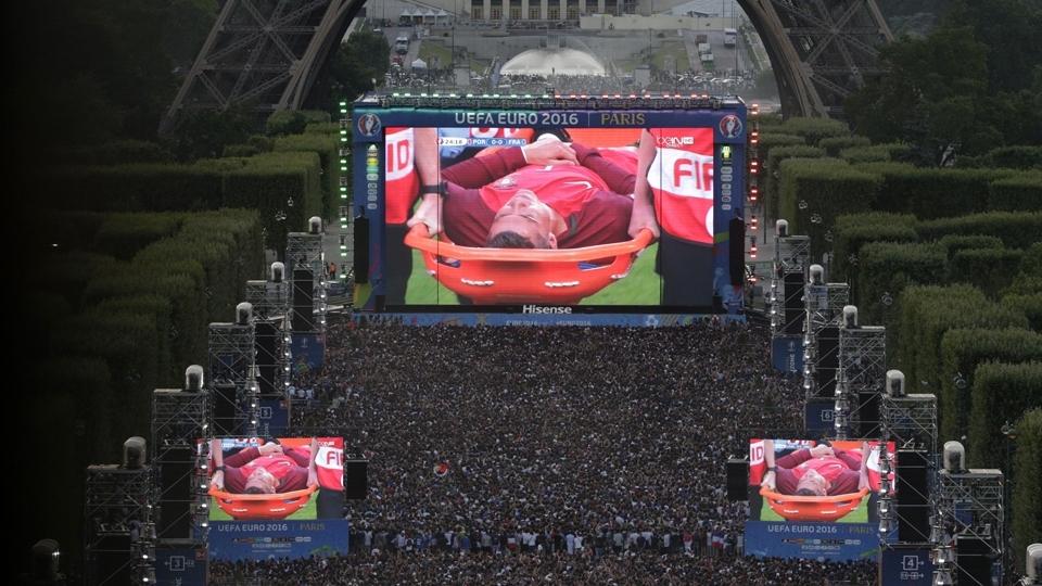 Telões na Torre Eiffel mostram o momento em que Cristiano Ronaldo deixa a final da Eurocopa