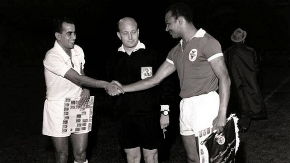 Encontro de lendas: Zito, do Santos, e Coluna, do Benfica, antes da final do Mundial Interclubes em 1962