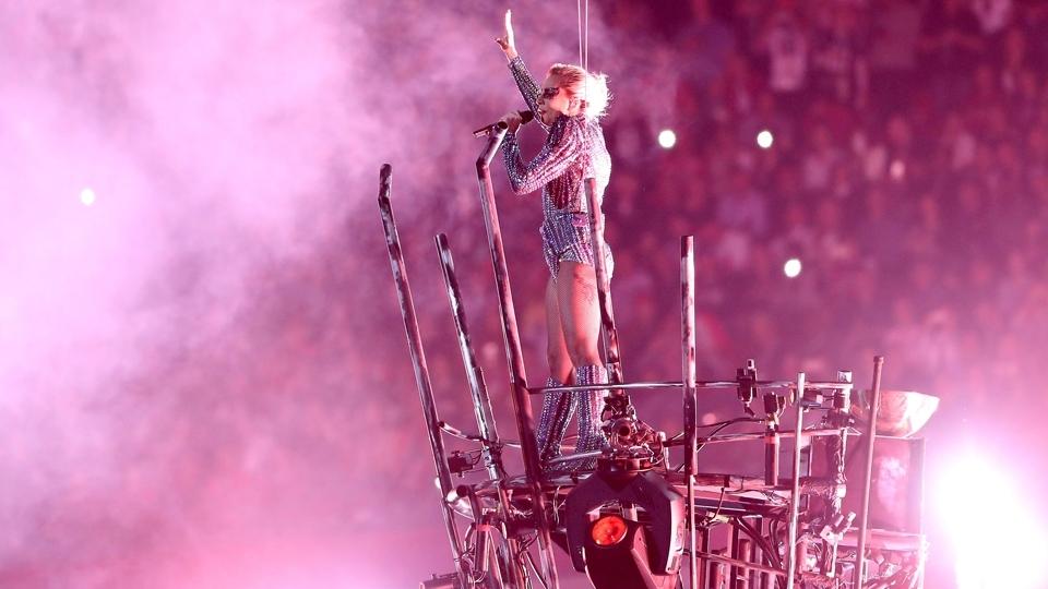 Lady Gaga faz a festa do NRG Stadium no show do intervalo do Super Bowl LI
