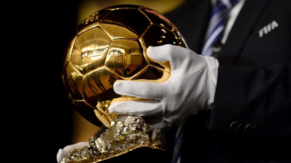 Bola de Ouro é levado para a premiação