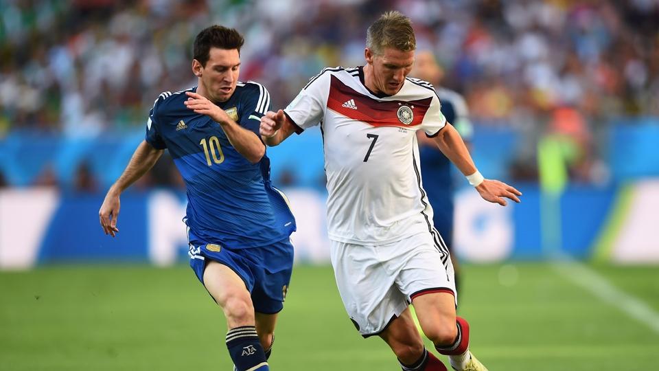 Messi e Schweinsteiger disputam bola no meio-campo