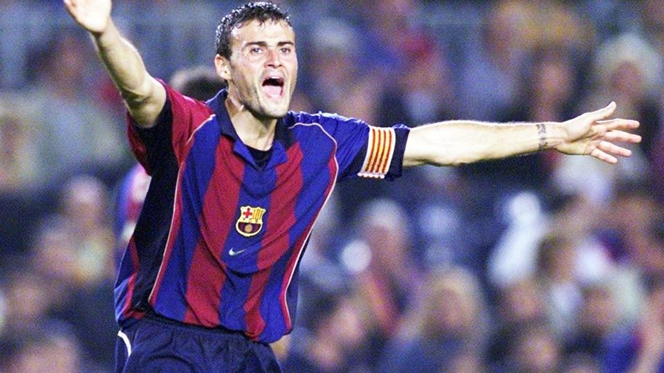 Luis Enrique com a camisa 2001/02 do Barcelona: listas médias e com detalhes em amarelo e dourado